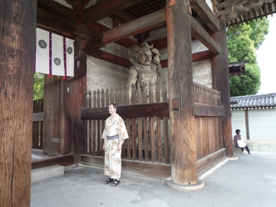 Dr. Mark Hosak in Kimono am Eingang des Ninnaji
